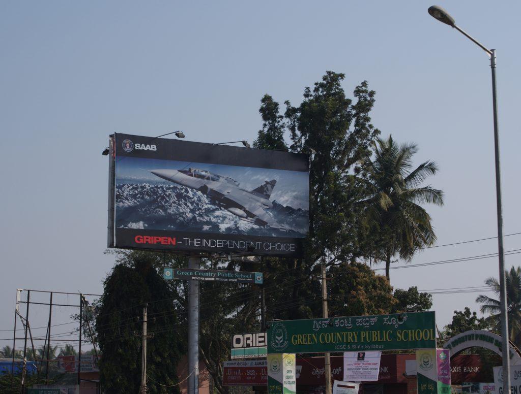 """Reklamtavla för Jas Gripen i Indien med texten """"Saab, the independent choice""""."""