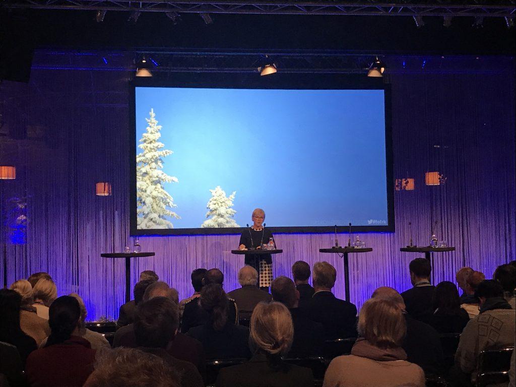 Margot Wallström håller tal i en hörsal.