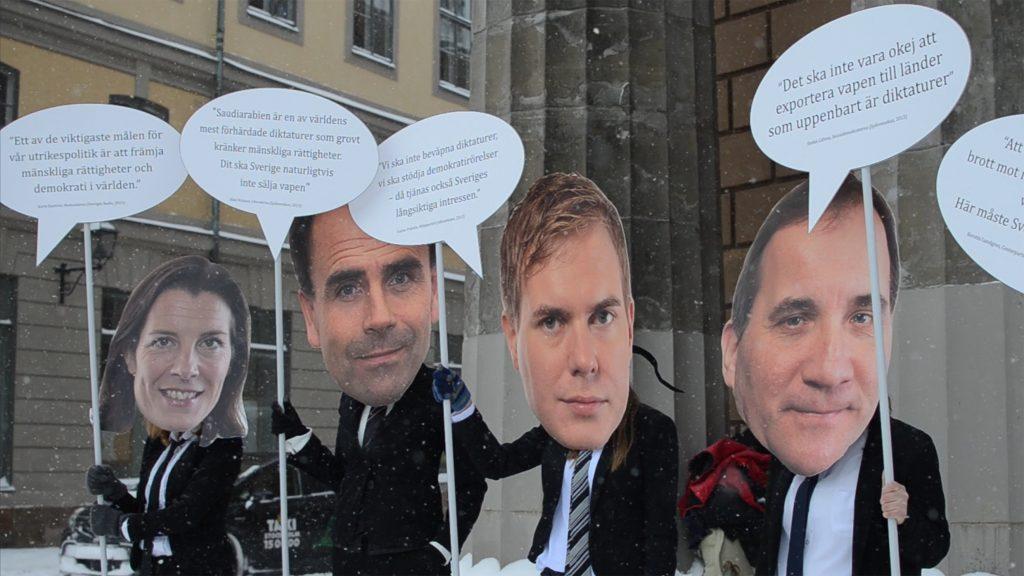 Aktivister utklädda med pappershuvuden av politiker och med pratbubblor med citat.