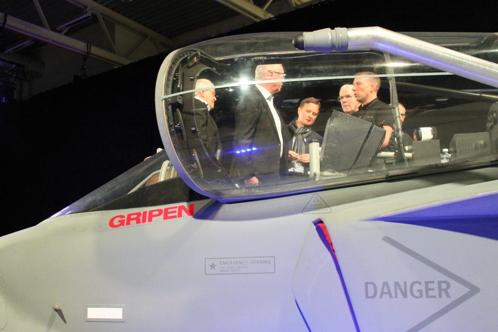 Flera människor står inne i cockpit.