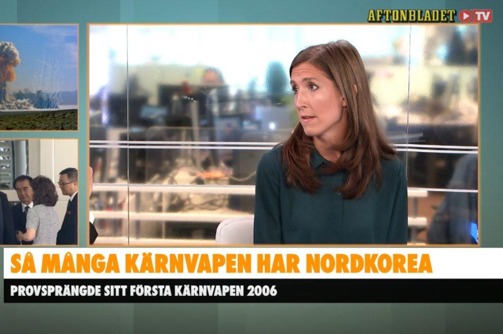 Agnes Hellström i tv-studion, bakgrundsbilder med kärnvapen och bild från mötet i Singapore.