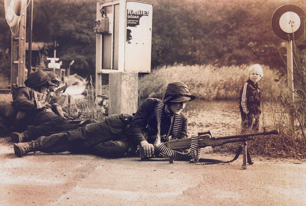 Soldat på övning, ett barn ser på-