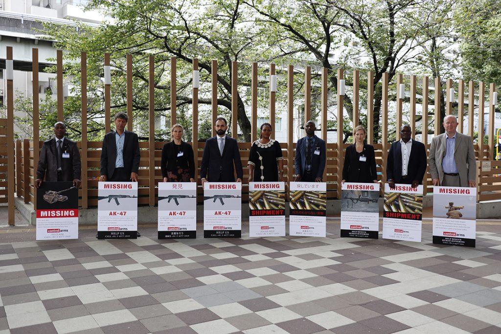 Aktivister med skyltar som visar bilder på vapen som kommit på drift.