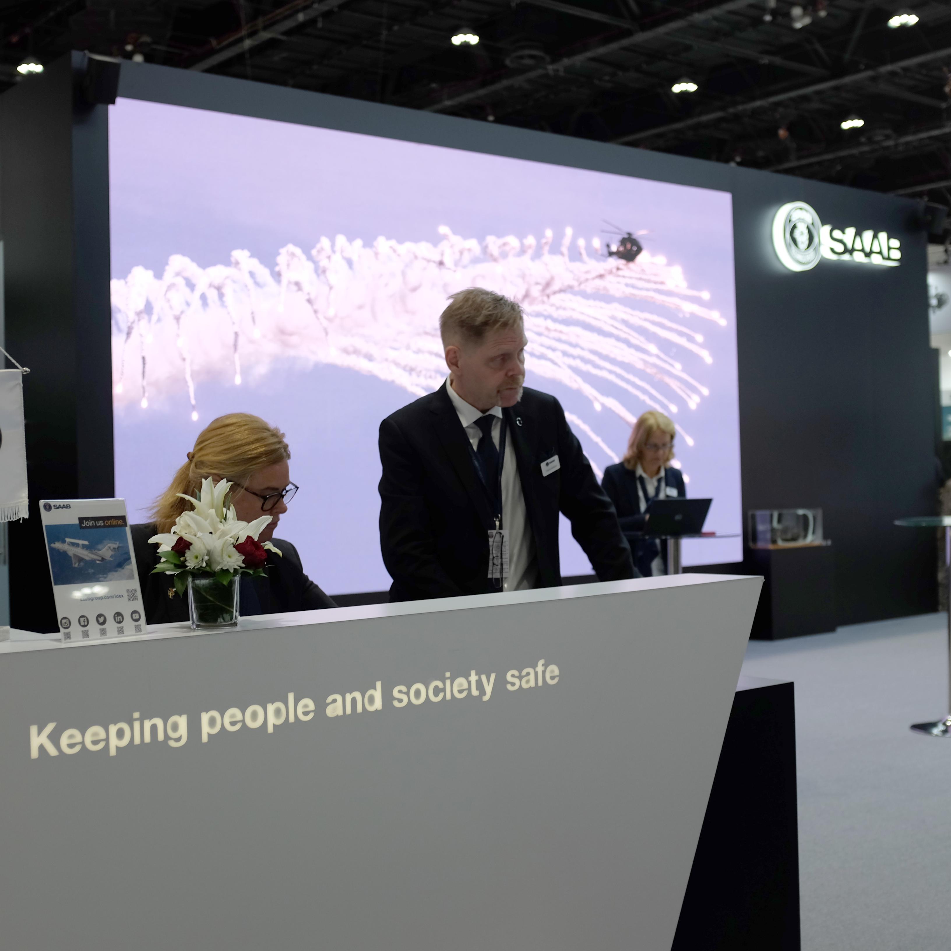 Saabs monter på vapenmässan IDEX i Abu Dhabi, Förenade arabemiraten februari 2019. Foto: Linda Åkerström/Svenska Freds.